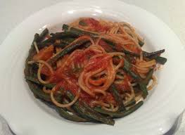 spaghetti al sugo di pomodoro e fagiolini